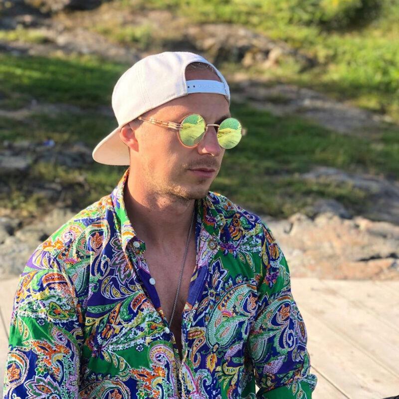 Solglasögon med grönt spegelglas och guld båge