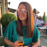 Solglasögon med rosa spegelglas och guld båge